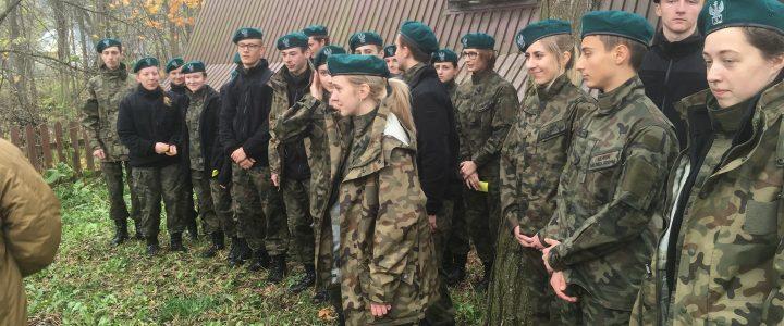 Uczniowie klasy mundurowej na Pikniku Strzeleckim w Chochołowie